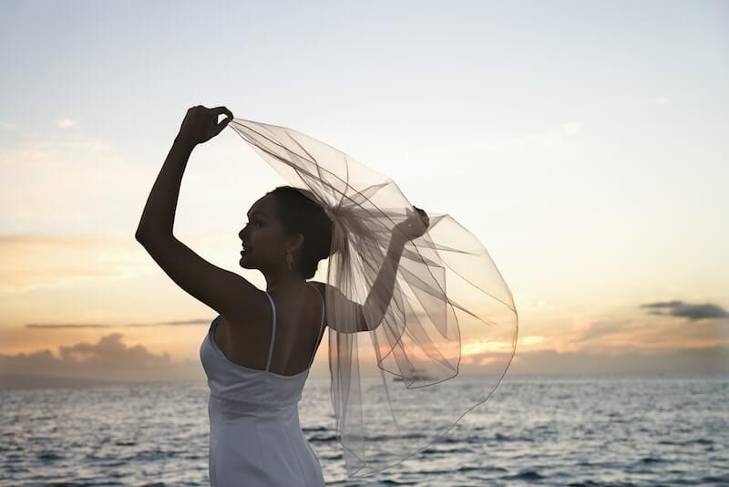תמונה של כלה בשקיעה ליד הים